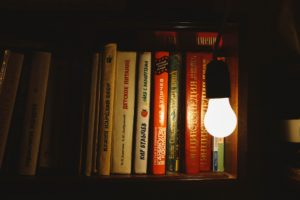 照らしている電球