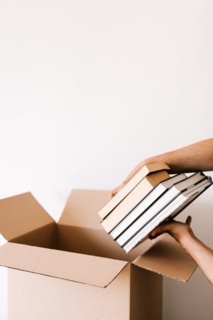 箱に本を詰めている写真