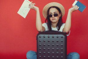 スーツケースと困った女性