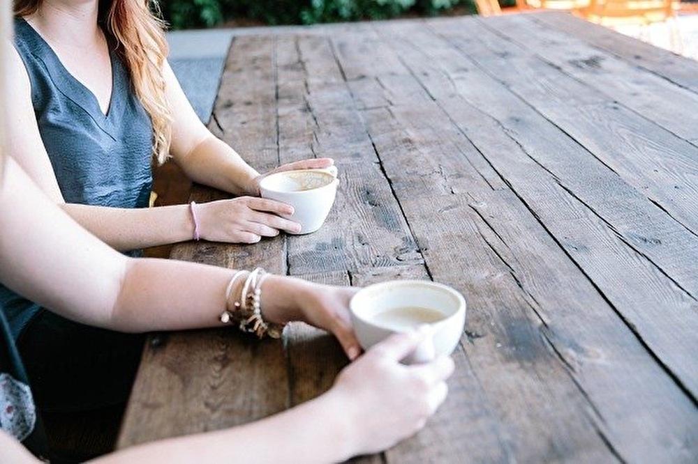 お茶をする女性2人