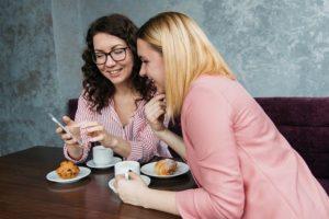 お茶をしている女性2人
