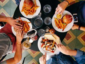 4人でテーブルを囲いランチ